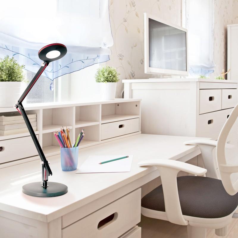 Flexo LED Angle negro en un dormitorio juvenil