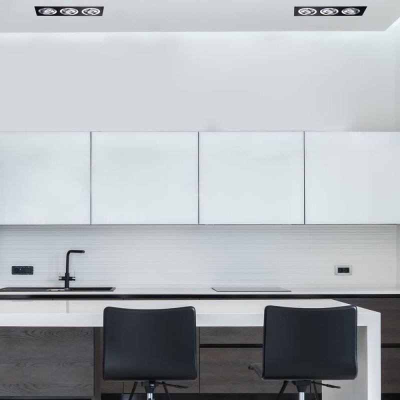 Cocina de estilo moderno con empotrables helium negro y aluminio 3 luces